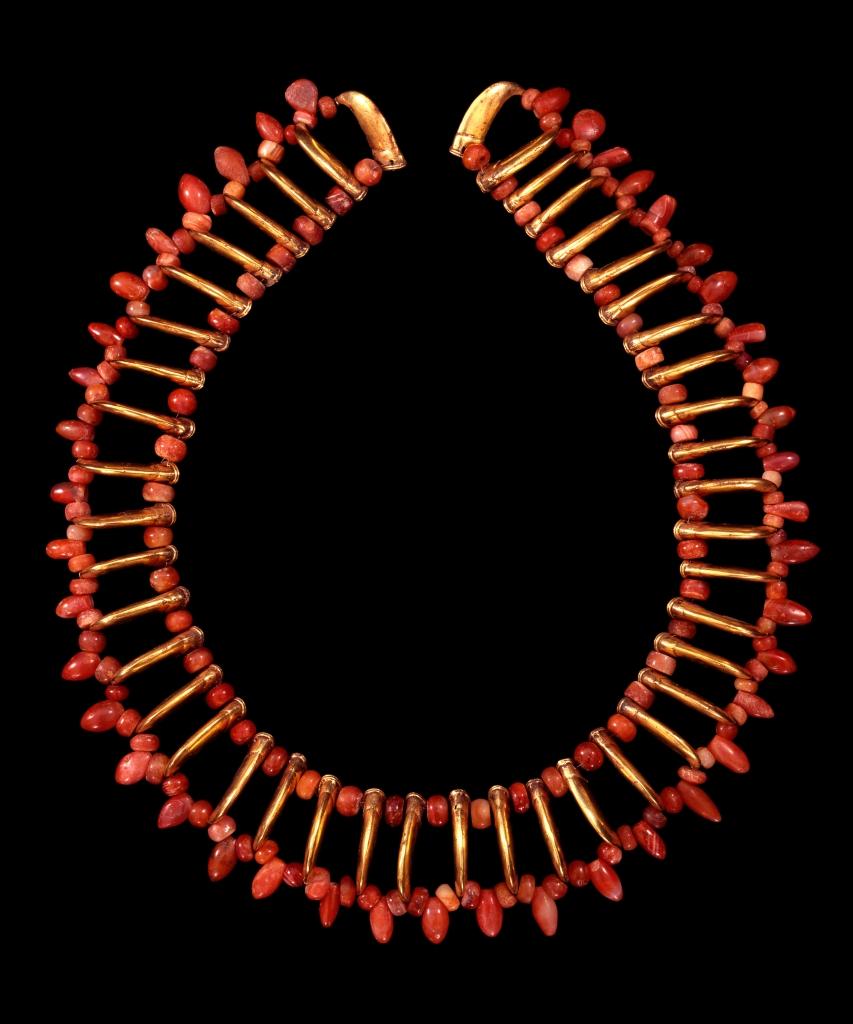 Necklace of red stone and claw shaped beads, Tairona, gold alloy, AD900-1600. © Museo del Oro – Banco de la República, Colombia.