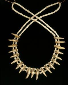 Necklace with claw shaped beads, Zenú, gold alloy, 200BC-AD1000. © Museo del Oro – Banco de la República, Colombia.